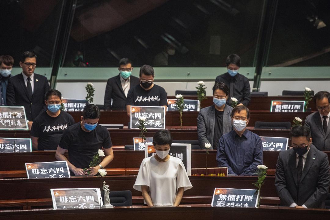2020年6月4日,香港立法會就《國歌條例草案》三讀表決前,泛民主派議員站立默哀、悼念「六四事件」死難者。 攝:陳焯煇 / 端傳媒