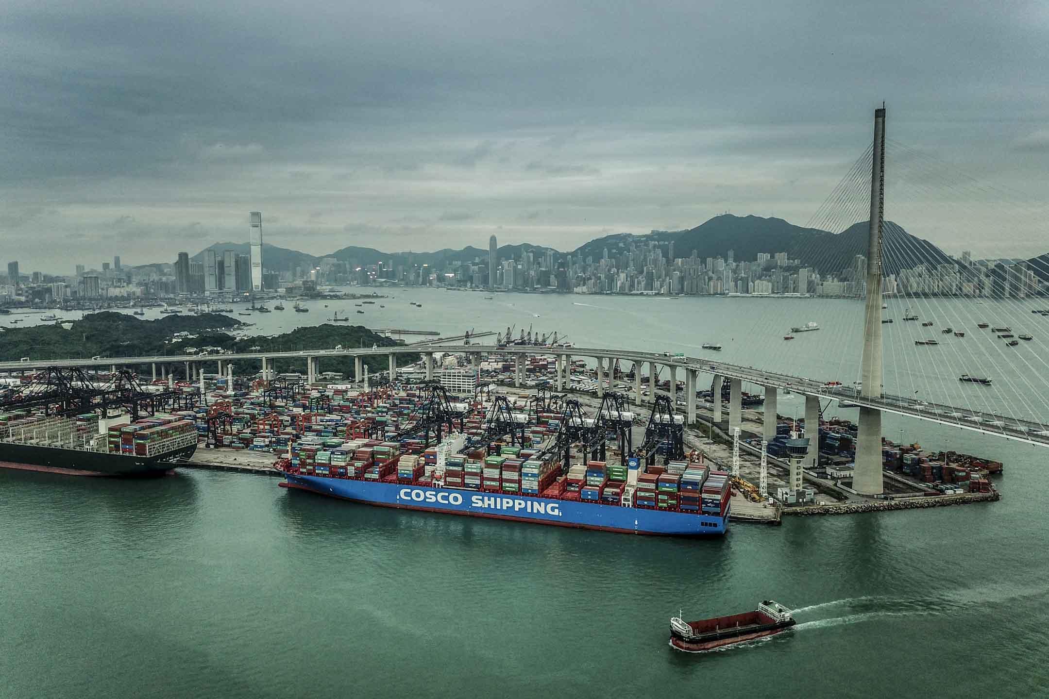 香港貨櫃碼頭及維港。