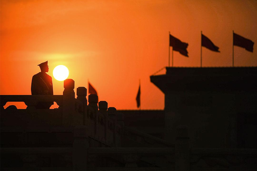 2009年3月7日北京天安門廣場,守衛駐守在人民大會堂附近。  攝:Feng Li/Getty Images