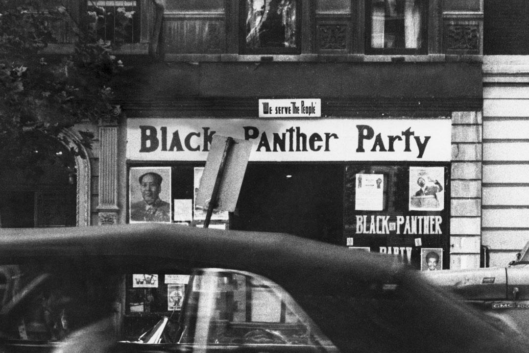 1970年,位於紐約市哈林區第七大街的黑豹黨總部,門左邊的窗口貼上了毛澤東的肖像。 攝:Frederic Lewis/Archive Photos/Getty Images