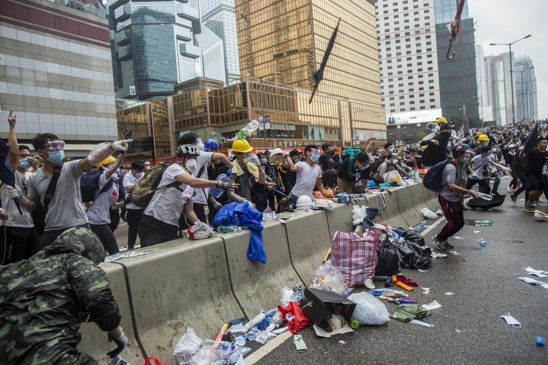 2019年6月12日,大批香港市民佔領金鐘立法會和政府總部附近的街道。