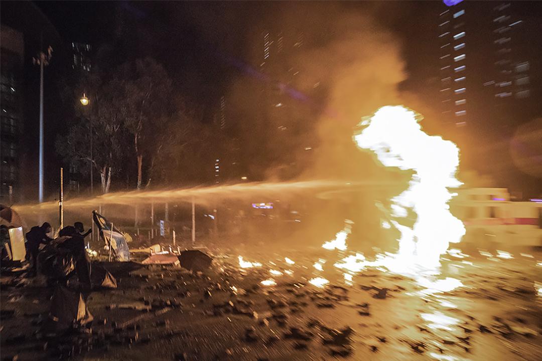 2019年11月18日香港理工大學,警方施放催淚彈及使用水砲車驅散示威者。