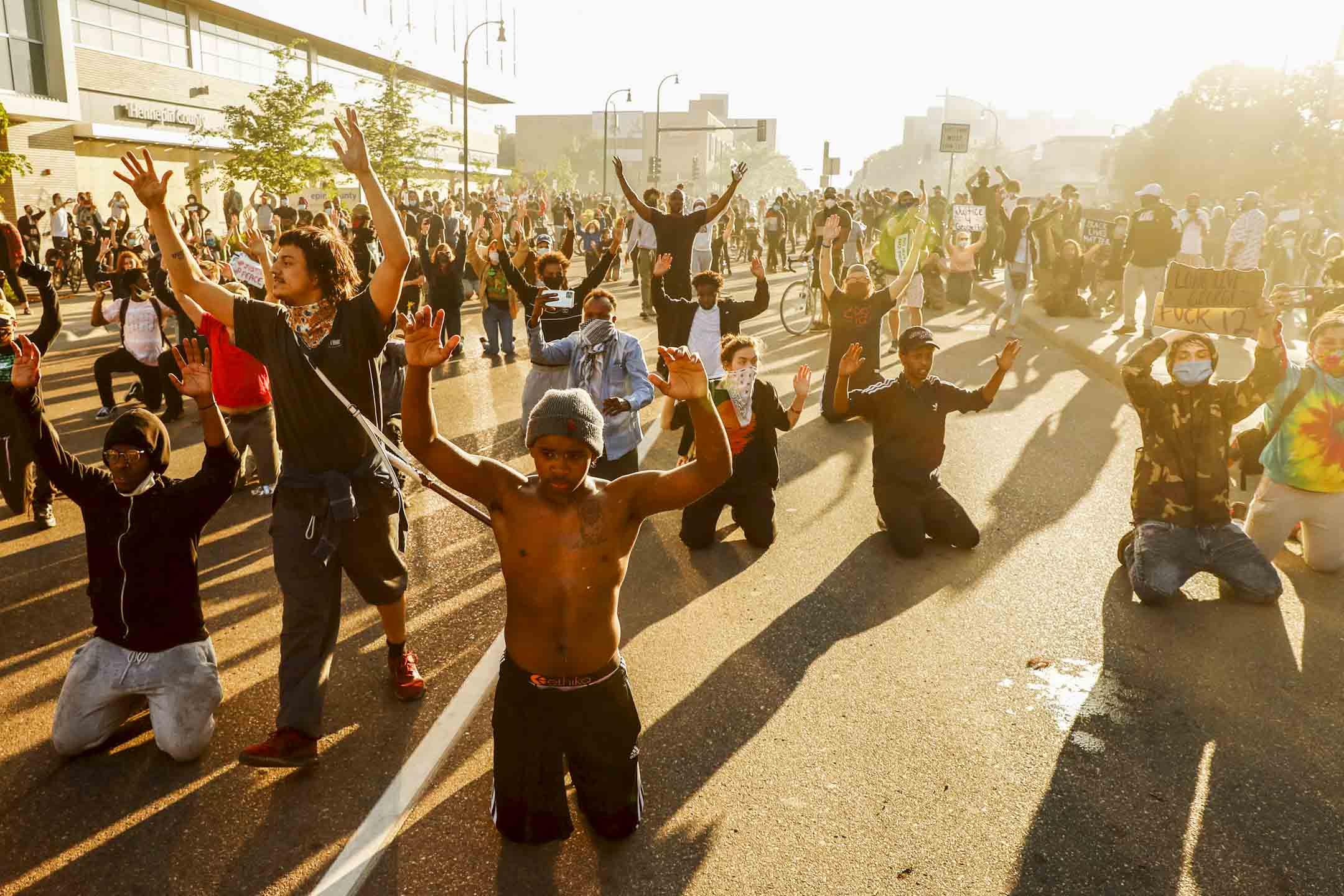 2020年5月29日,美國明尼蘇達州阿波利斯市,示威者在紀念美國黑人喬治·佛洛伊德(George Floyd)去世的遊行期間下跪。 攝:Lucas Jackson/Reuters/達志影像