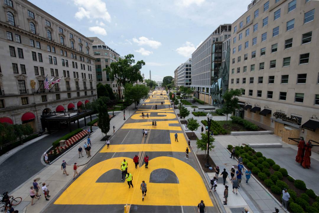 """2020年6月5日,美國華盛頓特區,市政府下令在通往白宮街道漆上巨幅""""BLACK LIVES MATTER""""。 攝:Reuters"""