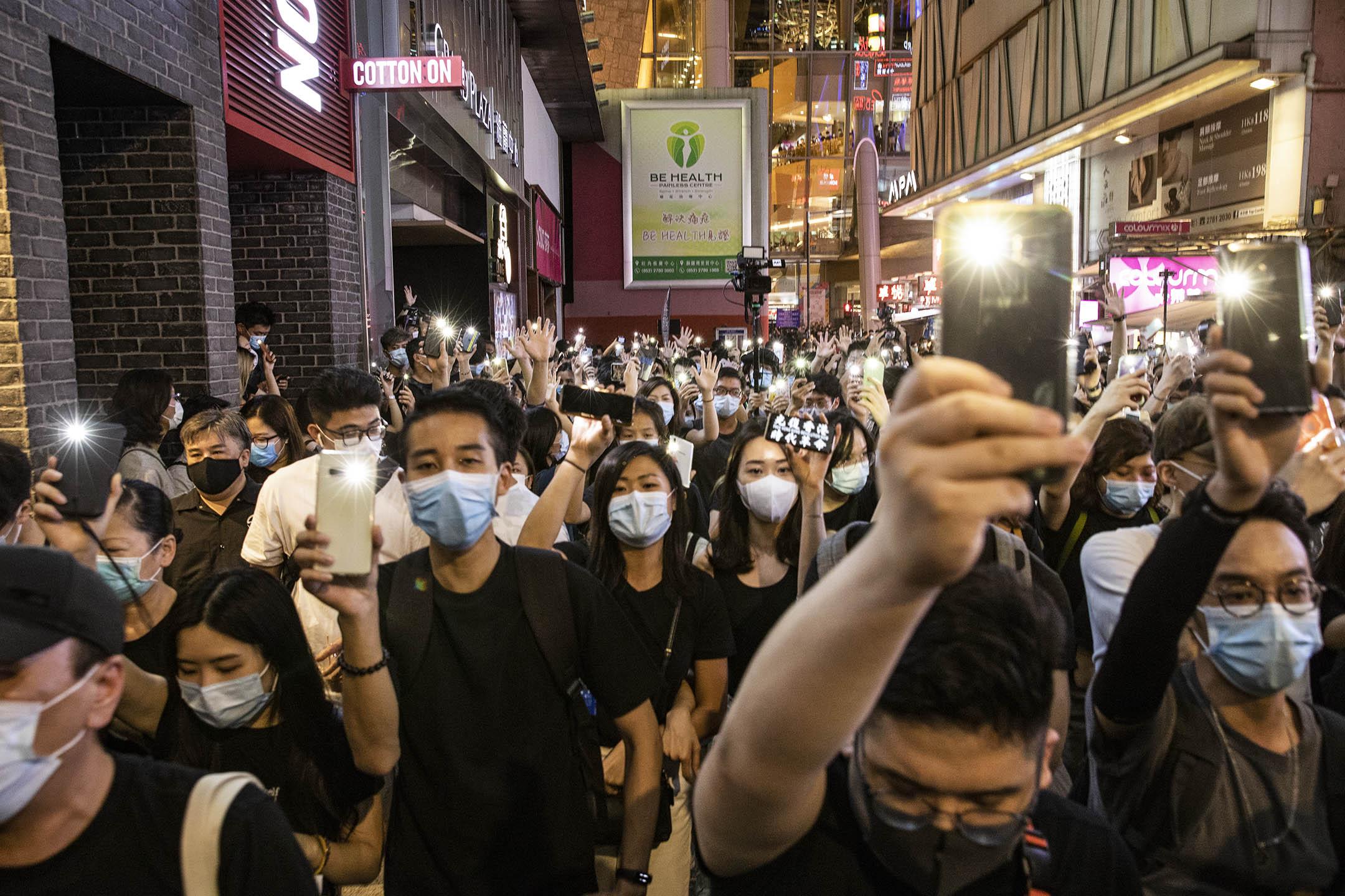 2020年6月12日香港,市民在旺角街頭高唱《願榮光歸香港》,紀念一年前612的抗爭。
