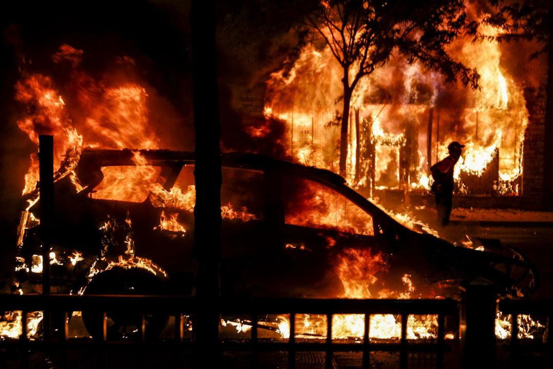 2020年5月30日,美國明尼蘇達州阿波利斯市市中心一輛汽車在燃燒。