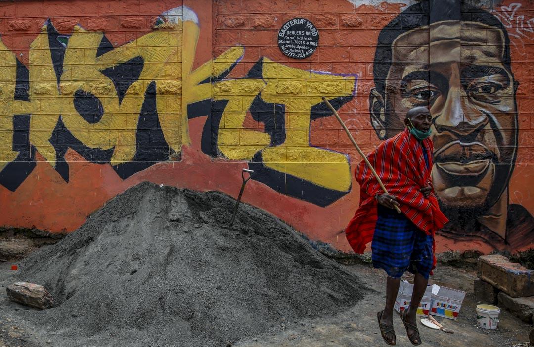 2020年6月3日肯亞奈洛比,一名男子在弗洛伊德的塗鴉前。