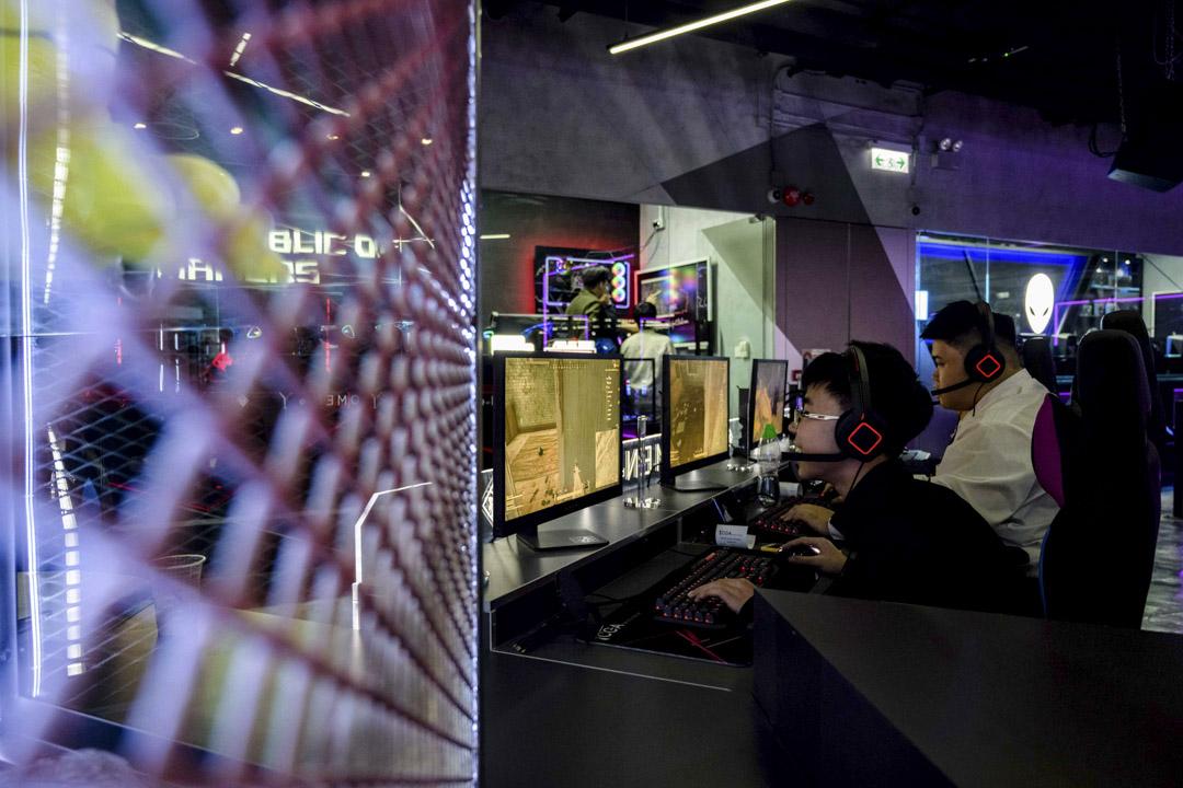 2019年1月29日,電子競技場館內打遊戲機的客人。