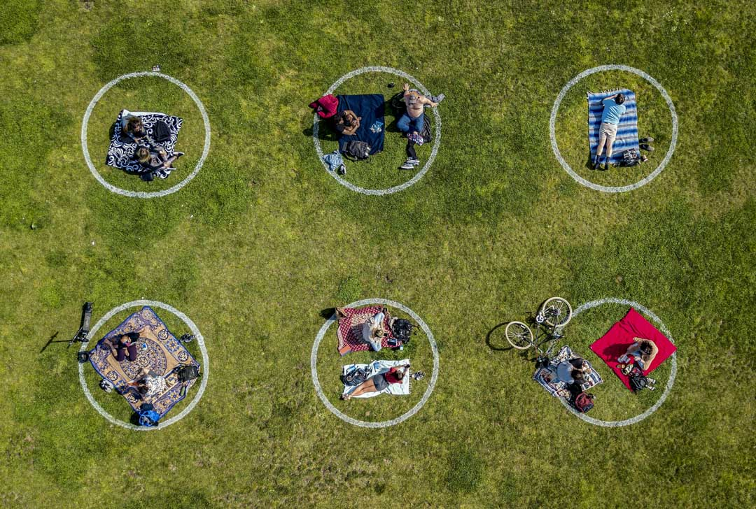 2020年5月22日,美國的加州多洛雷斯公園,遊人之間保持適當距離防疫情傳播。