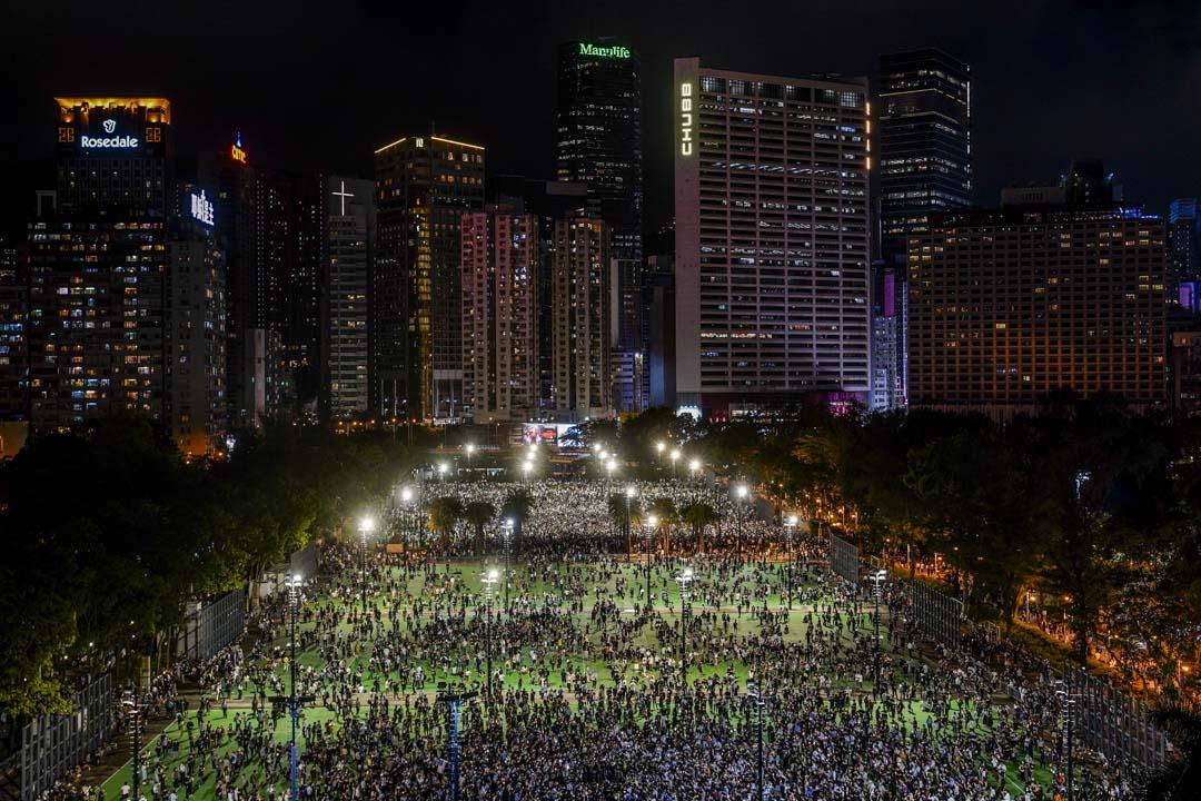 2020年6月4日,出席維園六四燭光悼念活動的市民佔據足球場大量空間。
