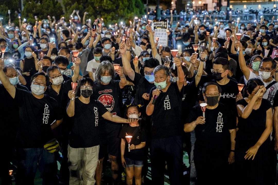 2020年6月4日,維園六四燭光悼念活動開始,李卓人等持咪領導眾人高叫口號,8時09分,呼籲現場人士為六四死難者默哀。