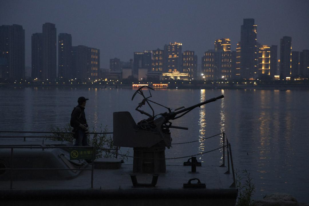 2020年4月5日,武漢一位居民從船上俯瞰著長江。