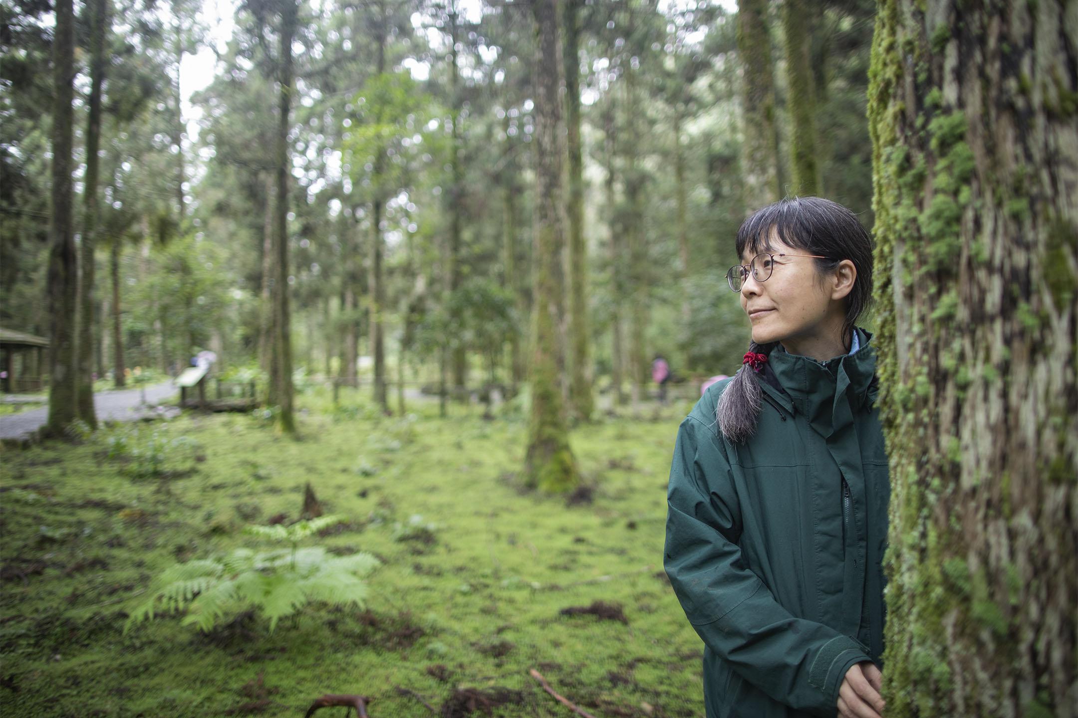 黎明儀是福山自然教育推廣的幕後推手,官網上設計親民可愛的一系列「認識福山」主題學習單、介紹福山森林和大型猛禽林鵰的紀錄片、自然種子教師研習,以及園區入口作為遊客教育前哨站的「自然中心」,都有她的規劃和參與。 攝:陳焯煇/端傳媒