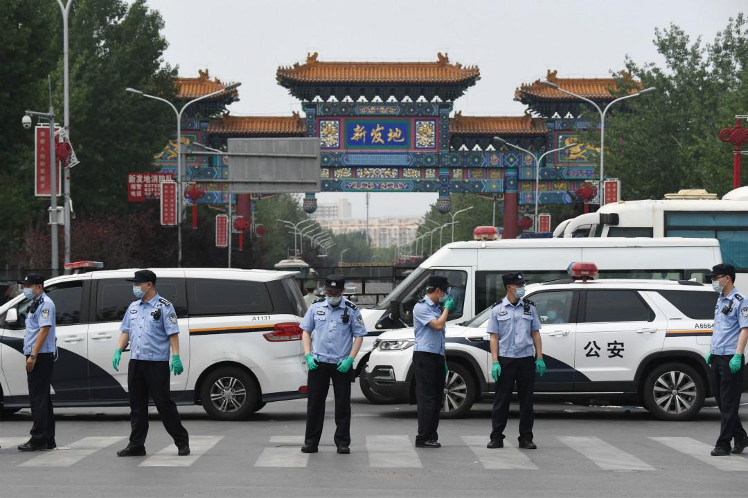 2020年6月13日,北京新發地批發市場關閉,警察在外把守。 攝:Greg Baker/Getty Images