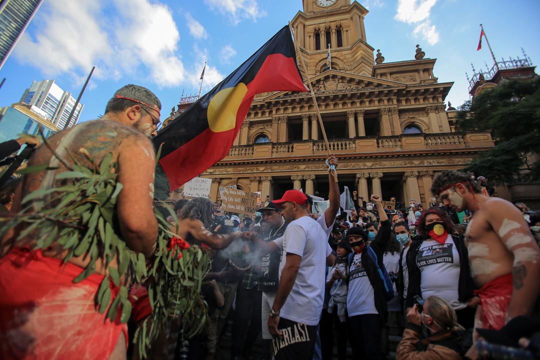 2020年3月6日,一群原住民在雪梨市政廳前示威,抗議警方拘留期間導致原住民死亡。