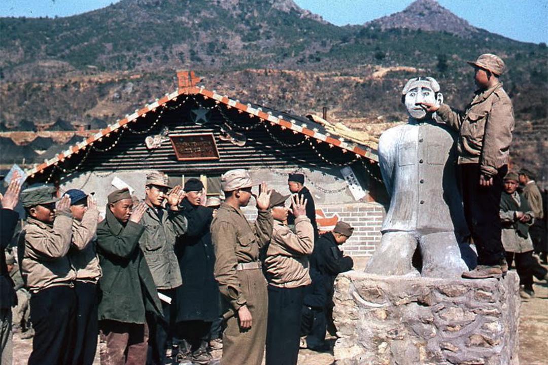 巨濟島反共戰俘營,中國小戰俘嘲弄毛澤東跪像。