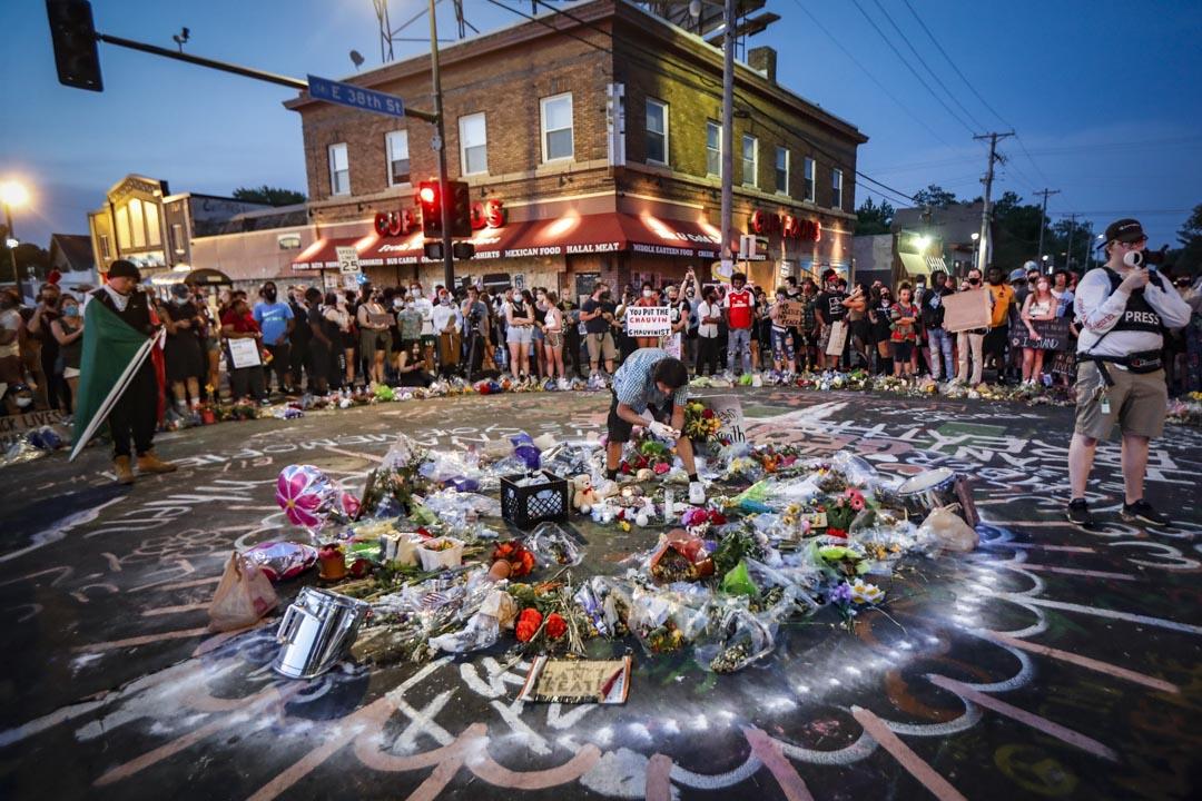 2020年6月1日,美國明尼蘇達州阿波利斯市芝加哥大道東38街,示威者聚集在喬治·Floyd(George Floyd)的追悼會上。