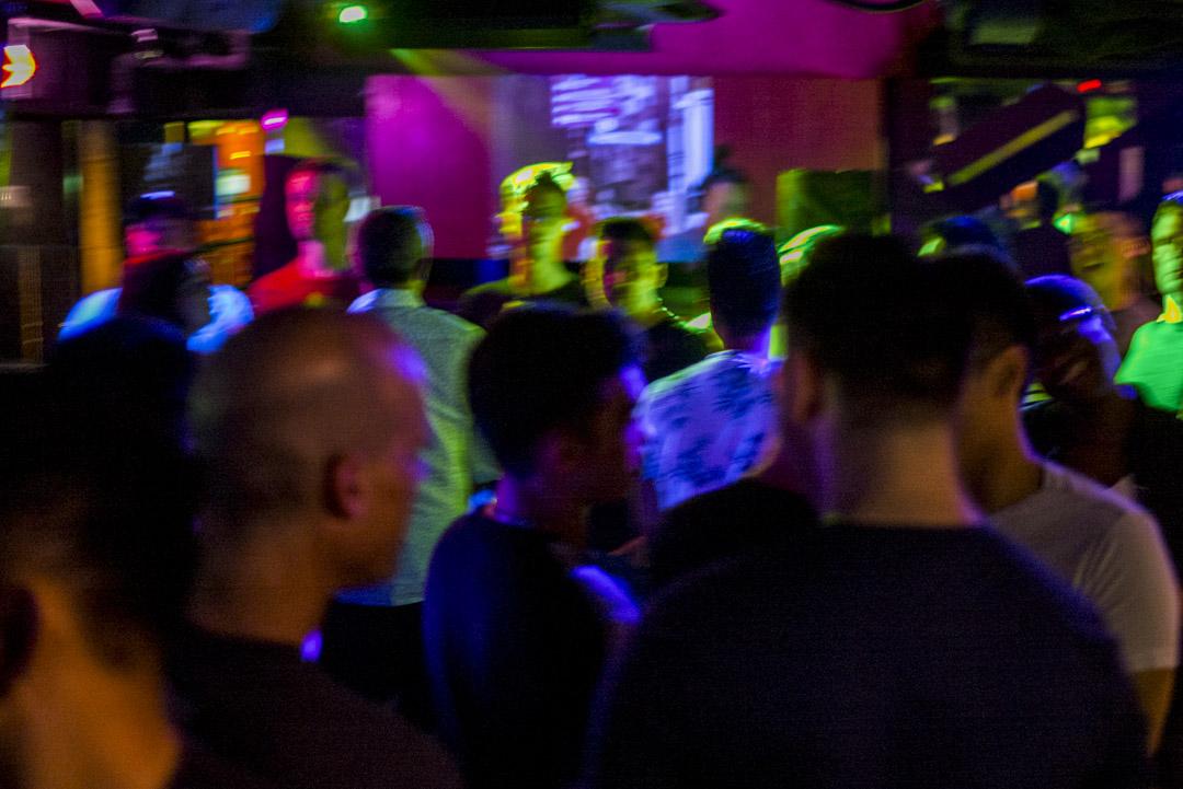 同志酒吧內的男士們。