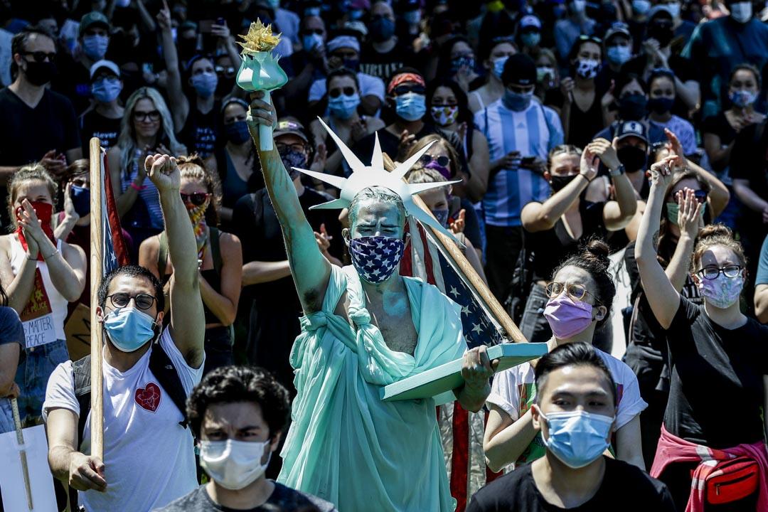 2020年6月6日,美國芝加哥遊行隊伍中,有遊行人士裝扮成自由女神像。