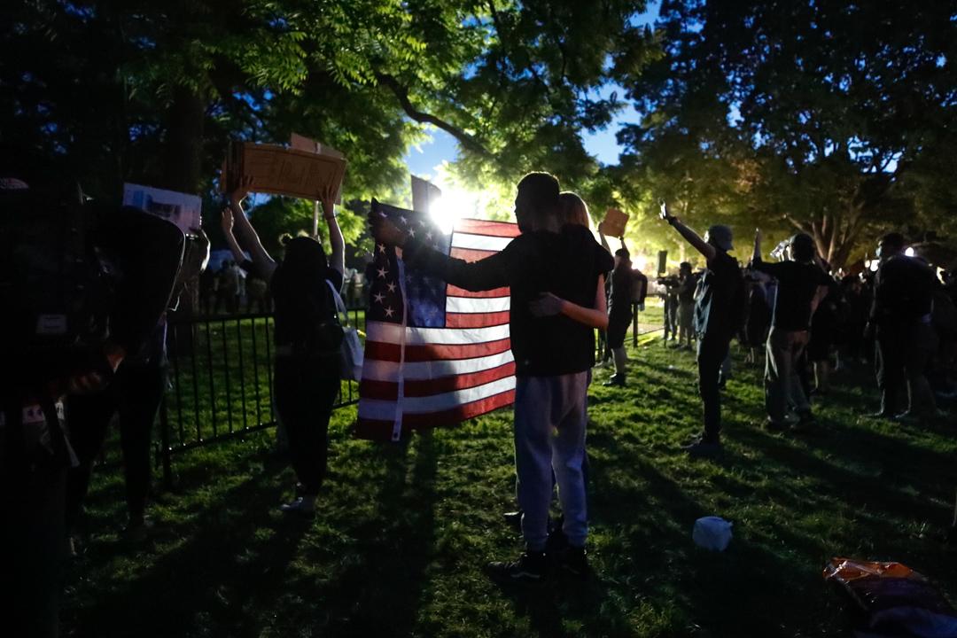 2020年5月31日,抗議警察殺害弗洛伊德的示威者在白宮附近拿著國旗。 攝:Alex Brandon/AP/達志影像