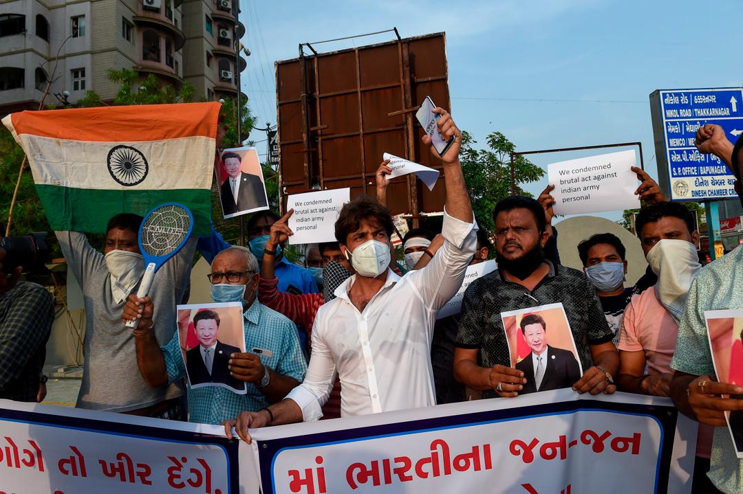 2020年6月16日,印度艾哈邁達巴德的示威者抗議解放軍士兵在加勒萬河谷的暴力對峙中殺死印度軍人。 攝:Sam Panthaky/AFP via Getty Images