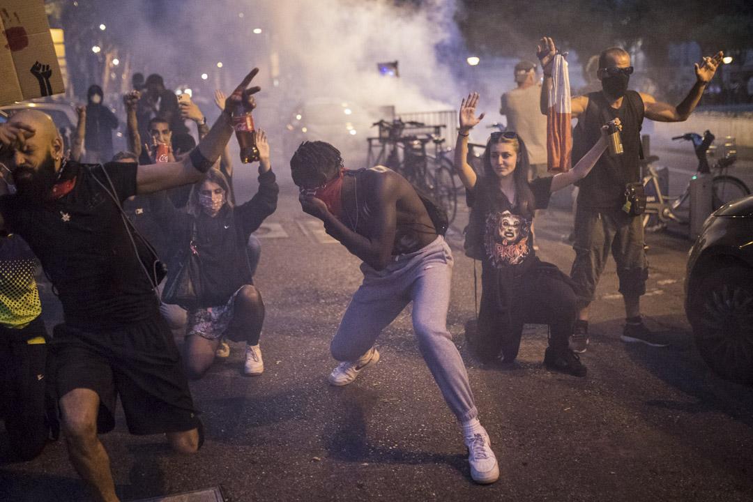 2020年6月6日,法國馬賽的民眾上街聲援美國示威,警方施放催淚彈。