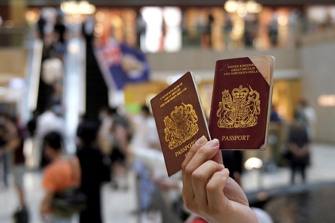 2020年6月1日在香港,一名反對訂立「港區國安法」的示威者展示「英國國民(海外)護照」(BNO)。 攝:Tyrone Siu / Reuters
