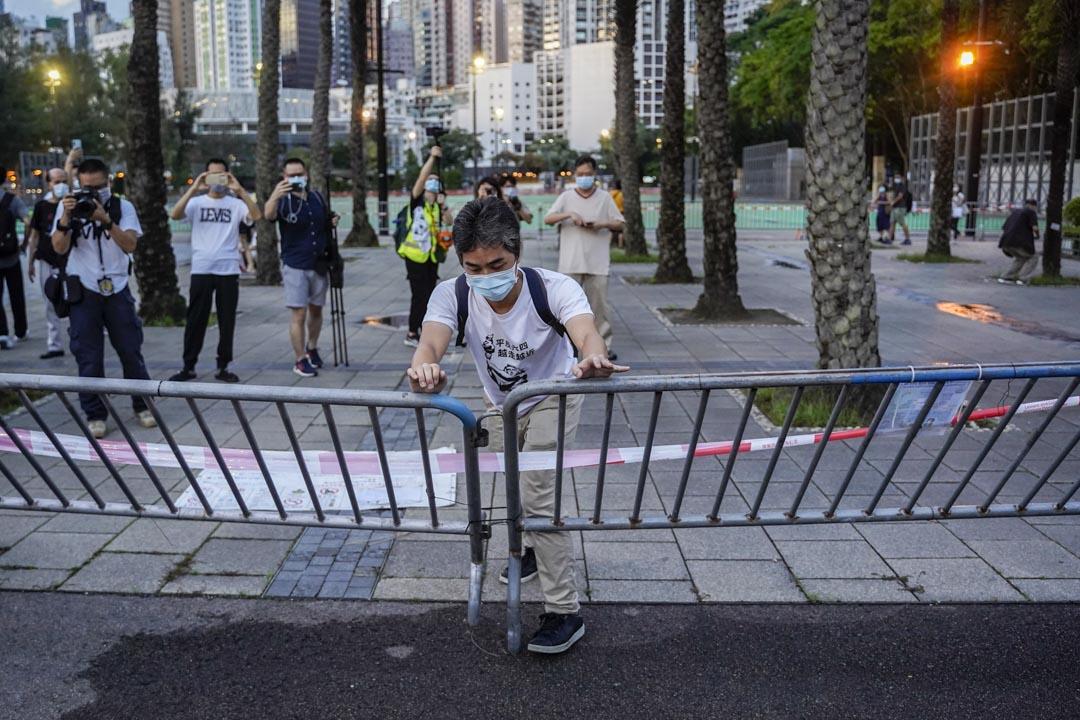 2020年6月4日,有市民推倒維園足球場的鐵馬。