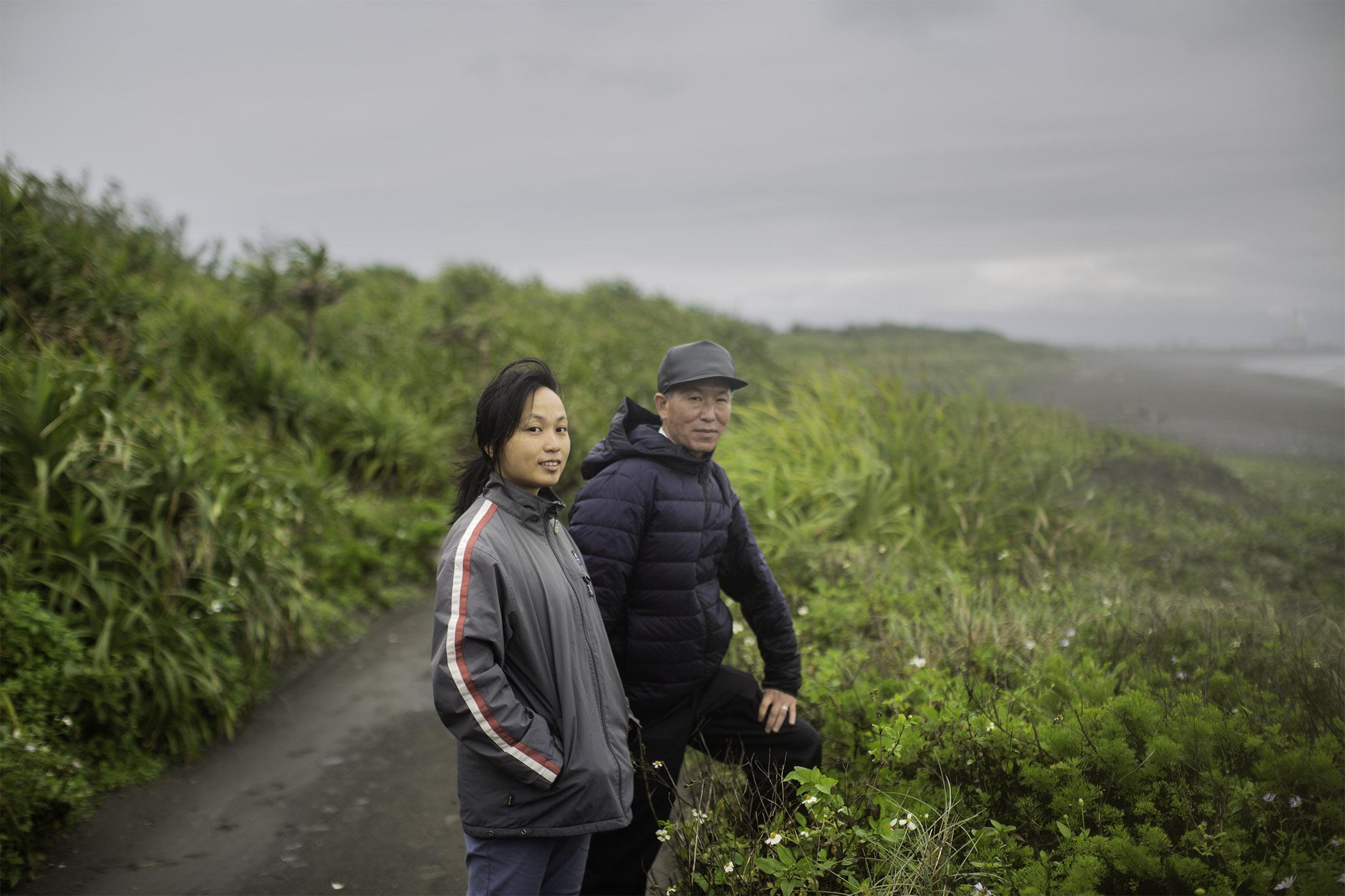 張家昀和山野人在宜蘭海岸尋花。 攝:陳焯煇/端傳媒