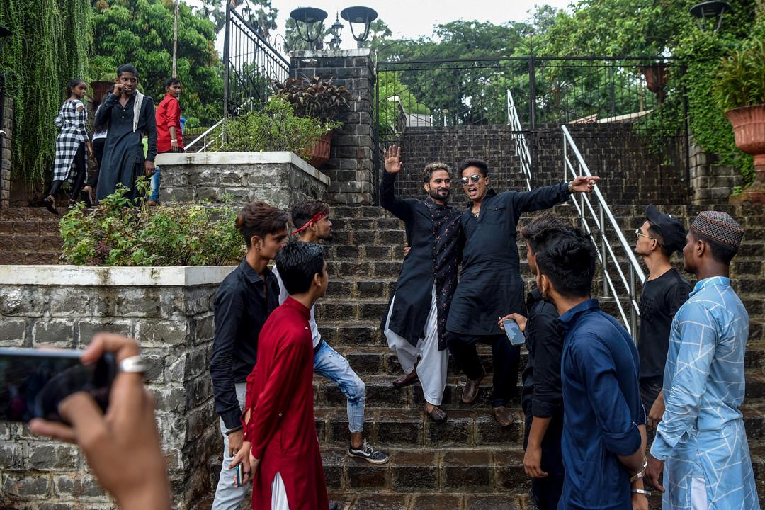 2019年11月10日,印度孟買的年輕人正在為TikTok錄製影片。