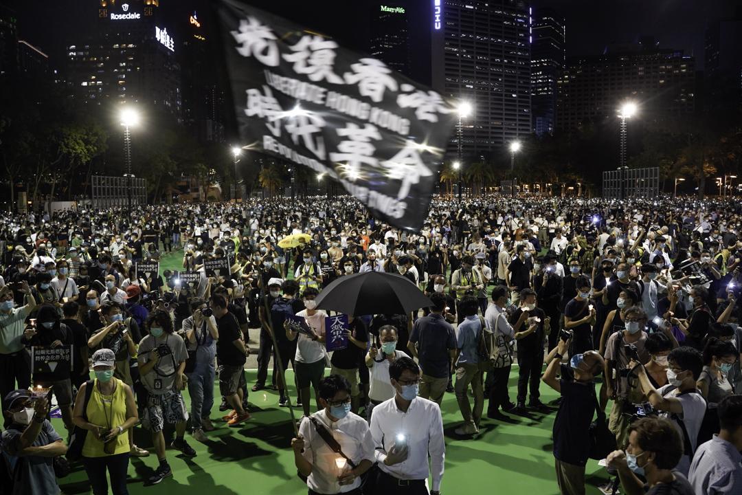 2020年6月4日,大批市民到維園足球場悼念六四,其間有市民時高呼「香港獨立、唯一出路」 、「光復香港、時代革命」等口號。 攝:林振東/端傳媒