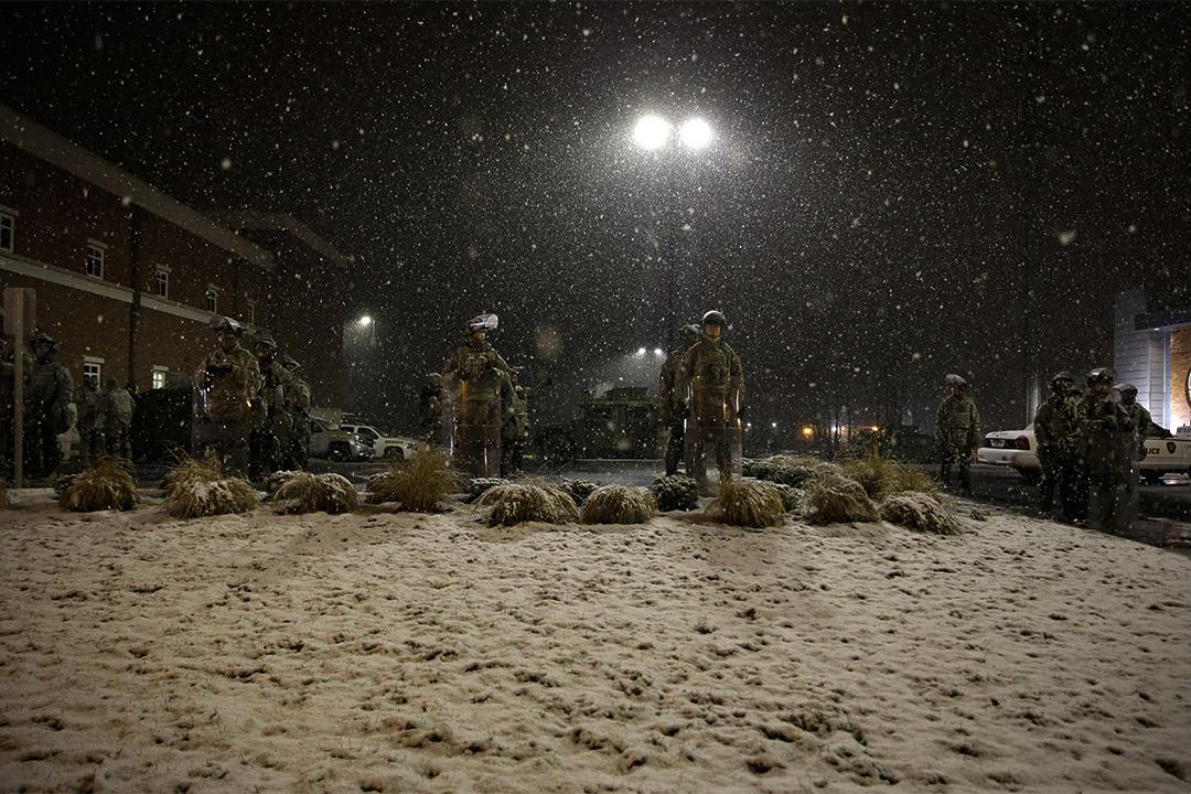 2014年11月26日密蘇里州弗格森市,弗格森警察局外面下起大雪。