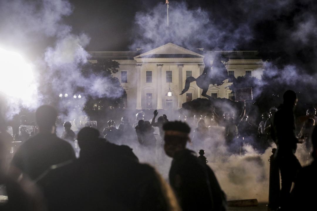 2020年5月31日,示威者在美國華盛頓特區白宮前舉行集會,期間警方施放催淚彈驅趕。