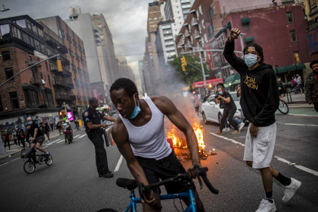 2020年5月30日,紐約有紀念喬治·弗洛伊德(George Floyd)的抗警遊行,有示威者在遊行期間焚燒垃圾。 攝:Wong Maye-E/AP/ 達志影像