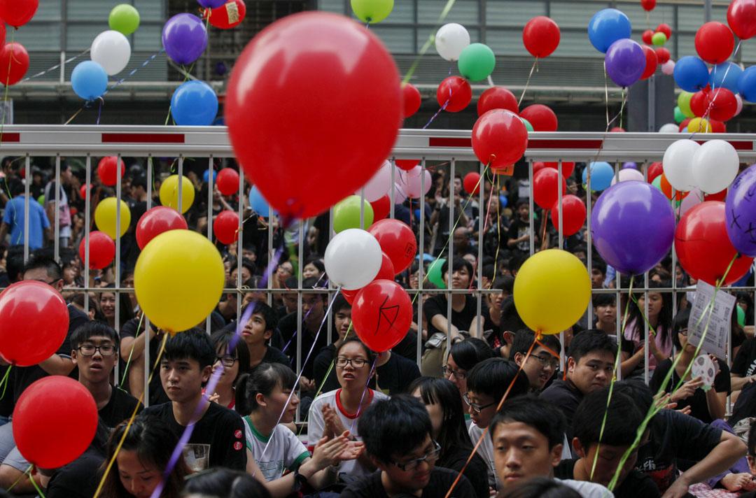 2012年9月8日,反對國民教育科的示威者在政府總部外高舉氣球。