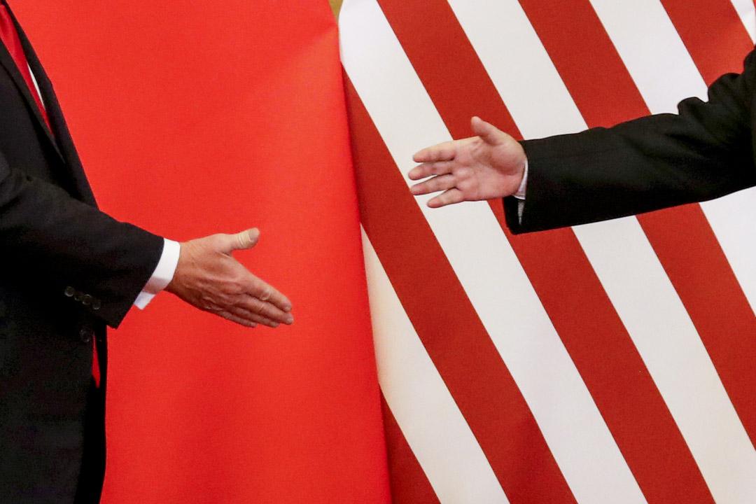2017年11月9日,北京人民大會堂,美國總統特朗普和國家主席習近平在發表聯合聲明後握手。 攝:Damir Sagolj /Reuters/達志影像