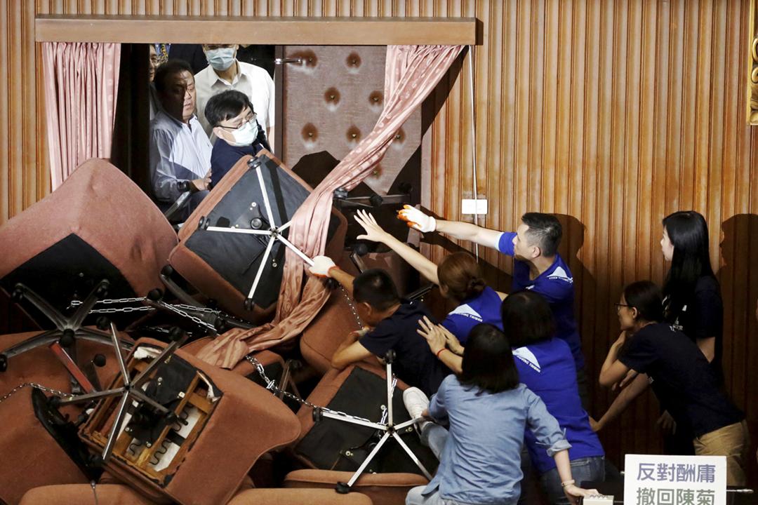 2020年6月29日,台灣民進黨立委攻入立法院,遭遇此前佔領立法院的國民黨立委激烈抵抗。 攝:Ann Wang / Reuters