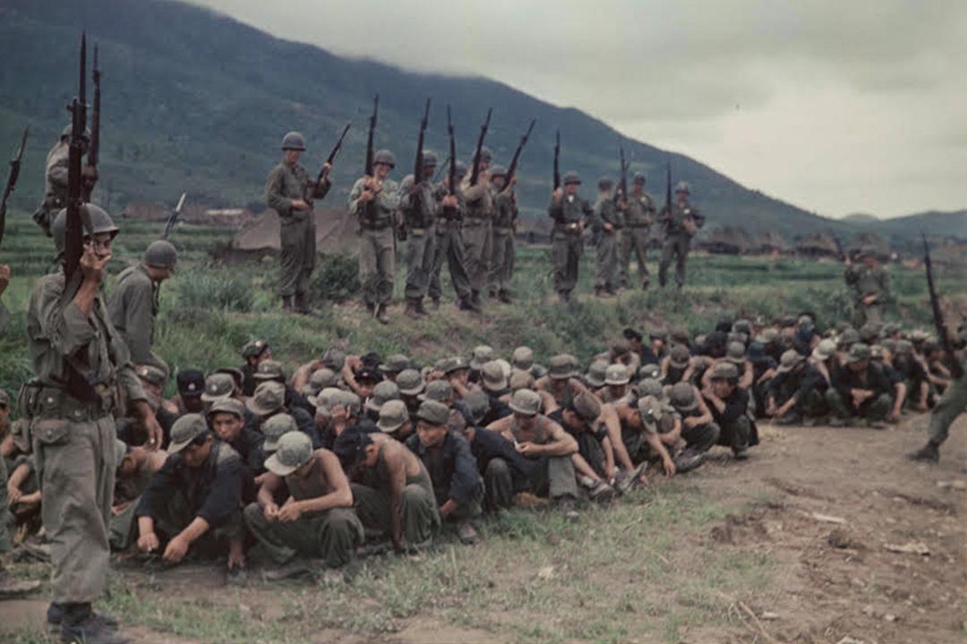 巨濟島被美軍押送的朝鮮人民軍戰俘。