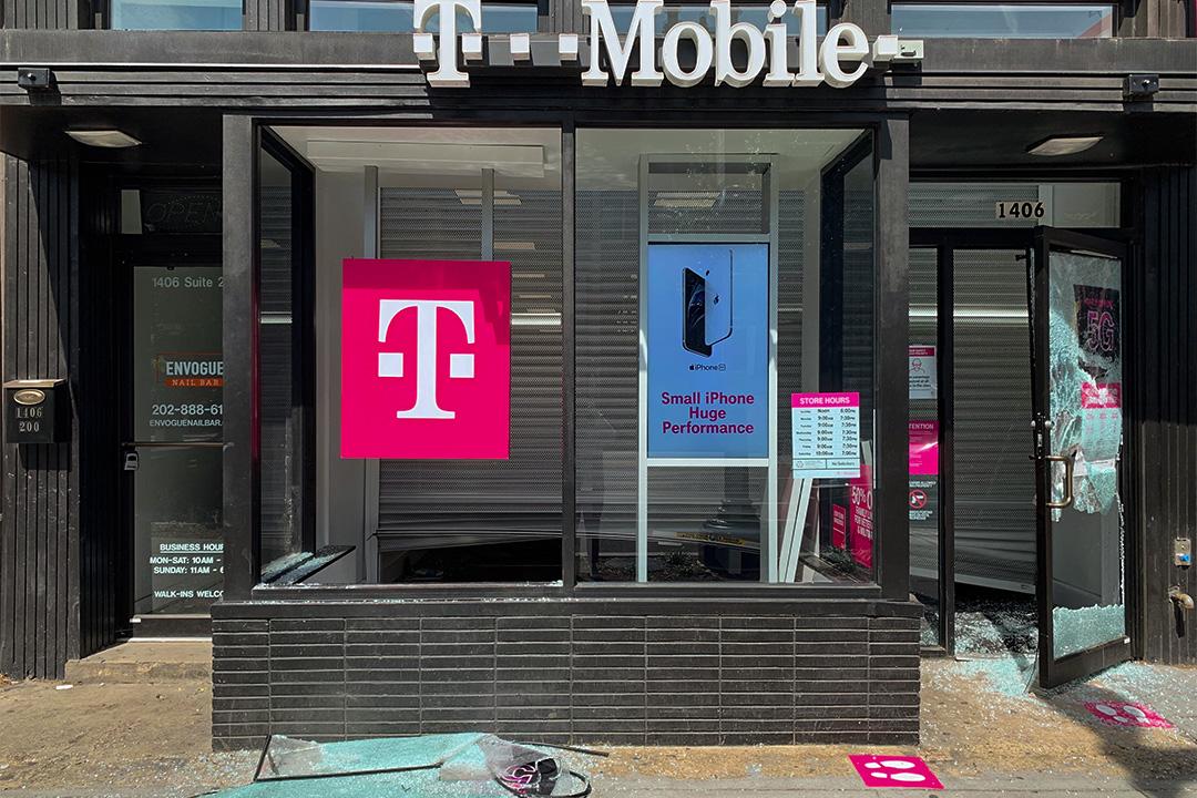 2020年6月1日,經過5月31日一夜,華盛頓許多店鋪被搶劫或縱火,滿街狼藉。圖為被搶劫後的T-Mobile店鋪。