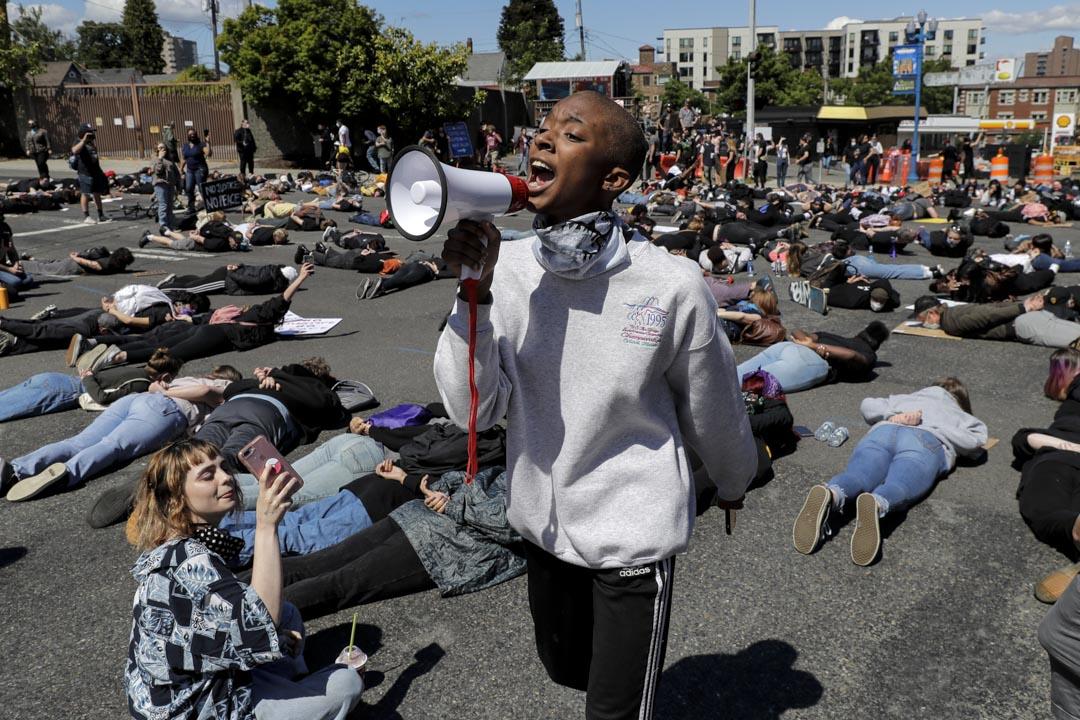 2020年6月1日,示威者面朝地下躺在華盛頓州塔科馬的一個十字路口上8分46秒,抗議警察殺死黑人喬治·弗洛伊德(George Floyd)。