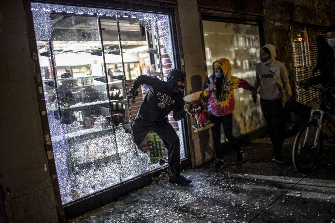2020年6月1日,紐約有示威者在抗議期間破壞及闖入商店。