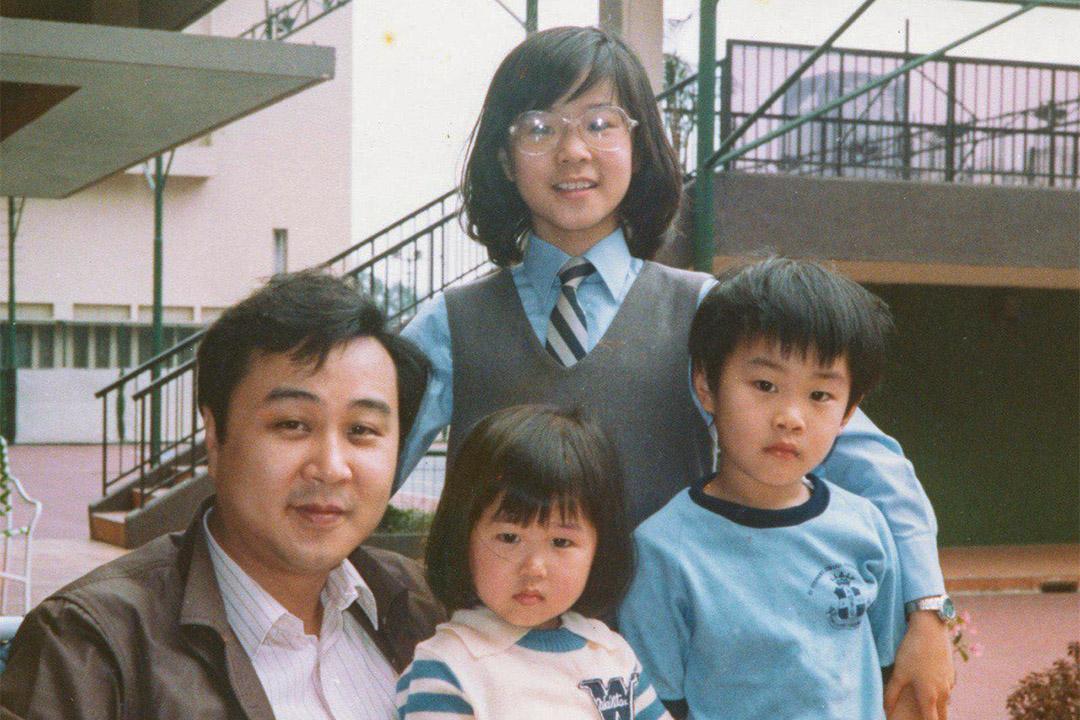 袁弓夷和大女兒、兒子袁彌昌、小女兒袁彌明合照。