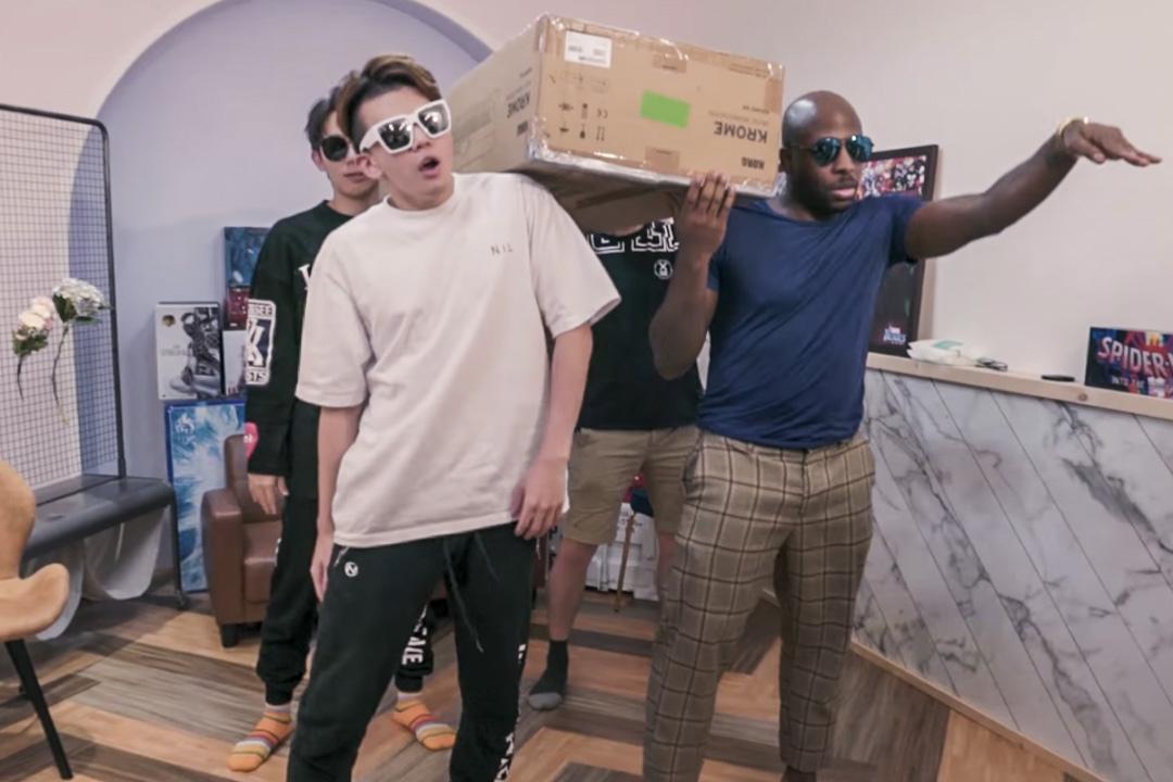 「反骨男孩」上載黑人抬棺模仿影片遭到外界砲轟。其後為此事道歉,最終決定下架該影片。 網上圖片