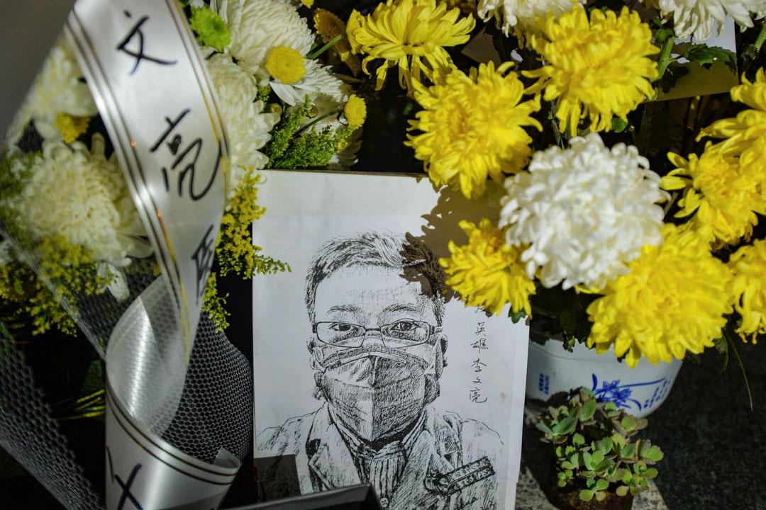 2020年2月7日,武漢中心醫院擺放著民眾悼念李文亮醫生逝世的鮮花。