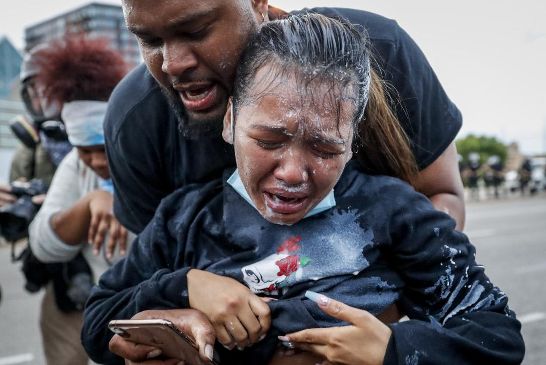 2020年5月31日,美國明尼蘇達州阿波利斯市,一名示威者被警察的胡椒噴霧擊中後顯得非常痛苦。