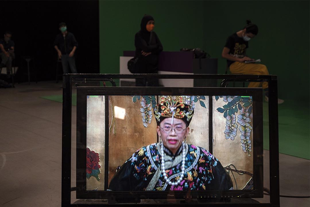 拍攝期間,錄影廠的電視上顯示扮演太后的吳志森。