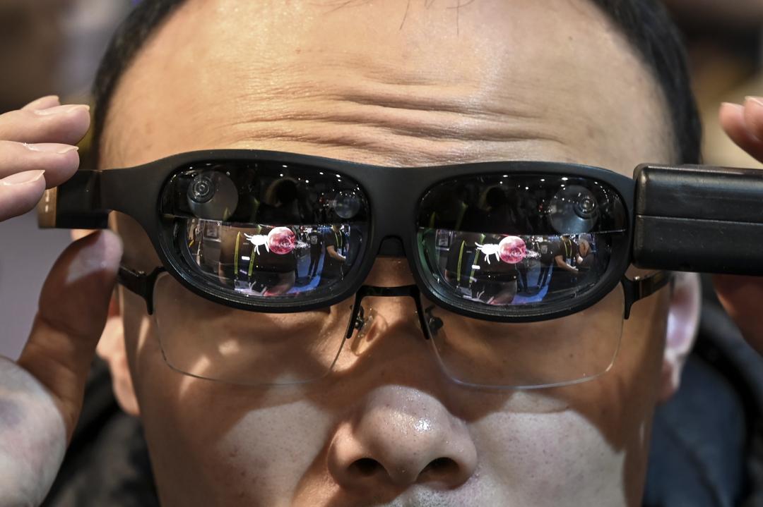 2019年1月11日,美國拉斯維加斯一個科技展覽中,參觀者正在試用一副擴增實境眼鏡。