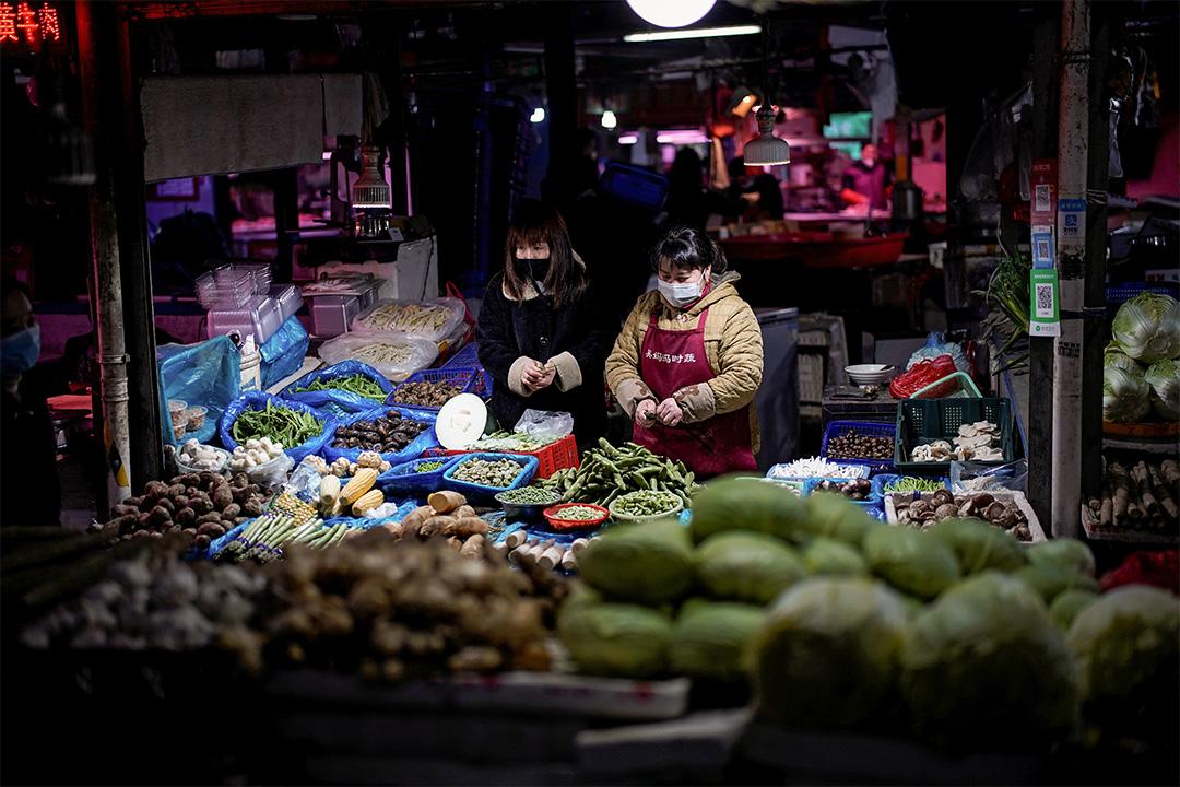 2020年3月3日上海,受2019冠狀病毒的影響,市民戴著口罩在市場上購物。