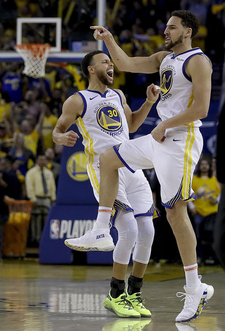 2019年5月8日,金州勇士隊的Stephen Curry和Klay Thompson在奧克蘭對陣侯斯頓火箭隊。