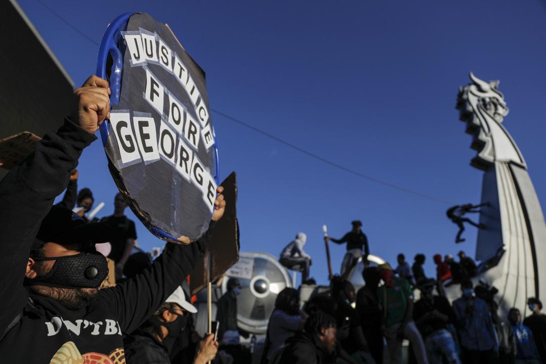 2020年5月29日,明尼蘇達州阿波利斯市,示威者聚集在一個球場外。
